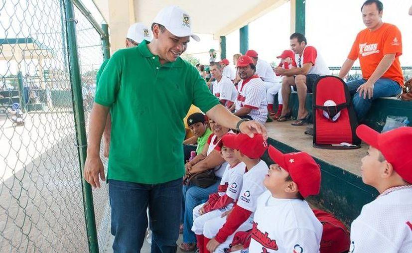 El Gobernador visitó la Unidad Deportiva de la Liga Yucatán para constatar los trabajos de mantenimiento e iluminación realizados con apoyo del Ejecutivo. (Cortesía)