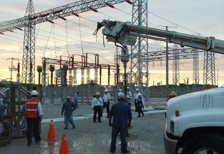 Los trabajos en la subestación de la CFE en Progreso. (Manuel Pool/SIPSE)