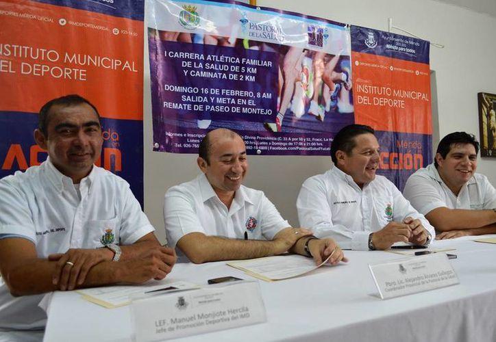 Autoridades deportivas y organizadores, al momento de anunciar la carrera <i>Fe y Caridad son la Meta.</i> (Milenio Novedades)