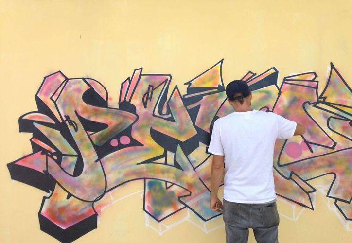 Los jóvenes transmitieron sus mensajes en los murales. (Tomás Álvarez/SIPSE)