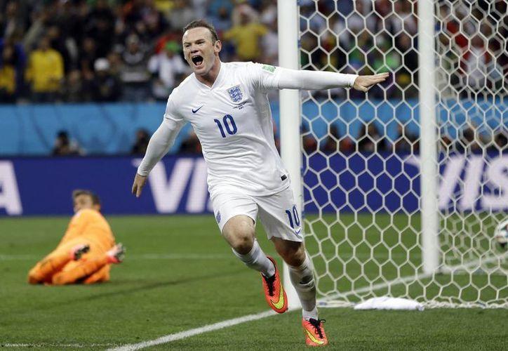 Wayne Rooney, nuevo capitán de Inglaterra, celebra el gol que le metió a Uruguay en el Mundial de Brasil. (Foto: AP)