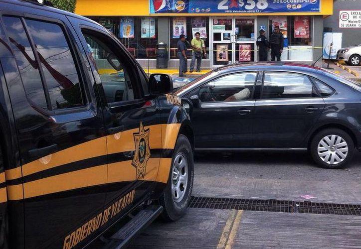 La seguridad se fortalecerá con el programa Escudo Yucatán, que inhibe delitos como asalto a mano armada. Imagen de un vehículo de la SSP frente a una tienda de conveniencia. (Milenio Novedades)