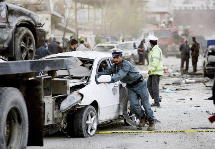 Miembros del servicio de seguridad inspeccionan el lugar del atentado suicida en las inmendiaciones del Palacio presidencial en Kabul, Afganistán. (EFE)