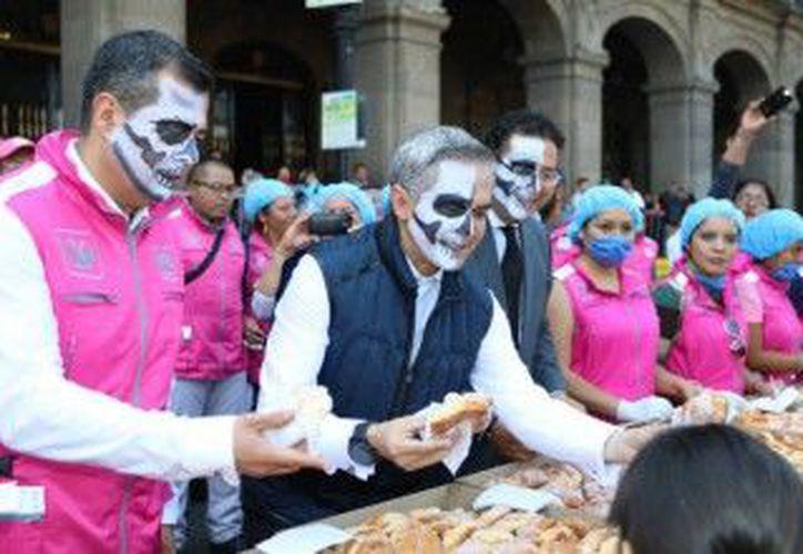 En la principal plaza del país se instaló una ofrenda de muertos conformada por 122 trajineras con altares. (Foto: Aristegui Noticias)