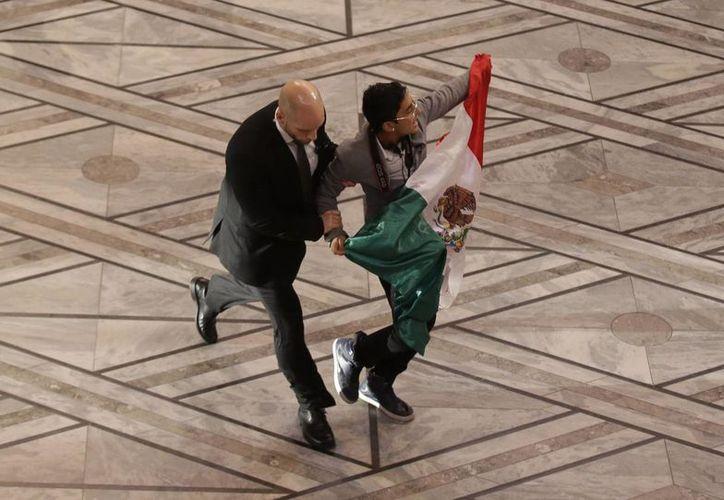 Momento en que el joven mexicano Adán Cortés es retirado de la ceremonia del Premio Nobel de la Paz en Oslo, Noruega. (AP)