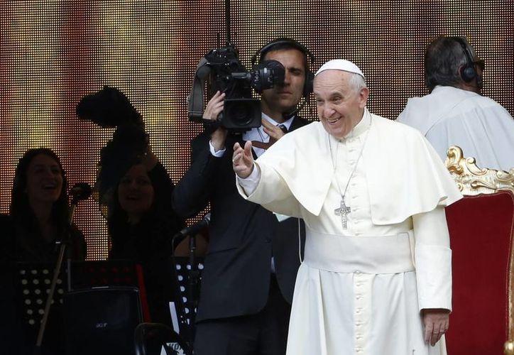 El Papa saluda a los fieles a su llegada a una reunión en el estadio Olímpico de Roma el día de ayer. (Agencias)