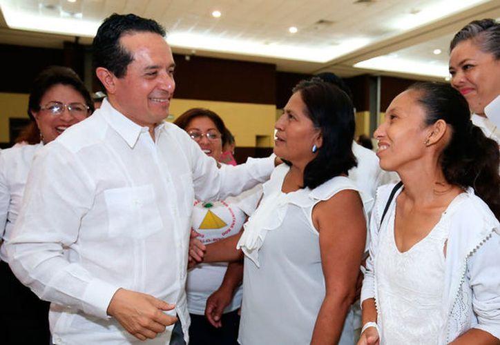 El gobernador Carlos Joaquín González, saluda a asistentes a la conmemoración del Día del Trabajo. (Redacción/SIPSE)