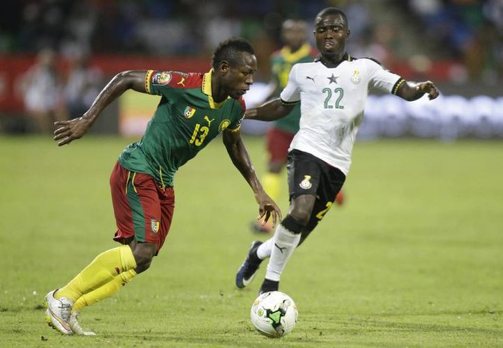 Frank Opoku Acheampong, de Ghana (d) enfrenta a Christian Mougang Bassogog, de Camerún, selección que ganó 2-0  la semifinal de la Copa Africana, con lo que ahora disputarán el título contra Egipto. (AP)