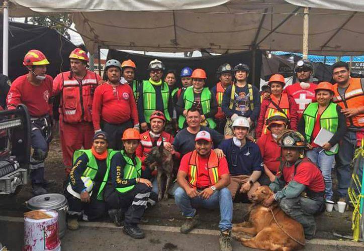 Los héroes que regresaron a Cancún, luego de las labores de rescate. (Redacción)