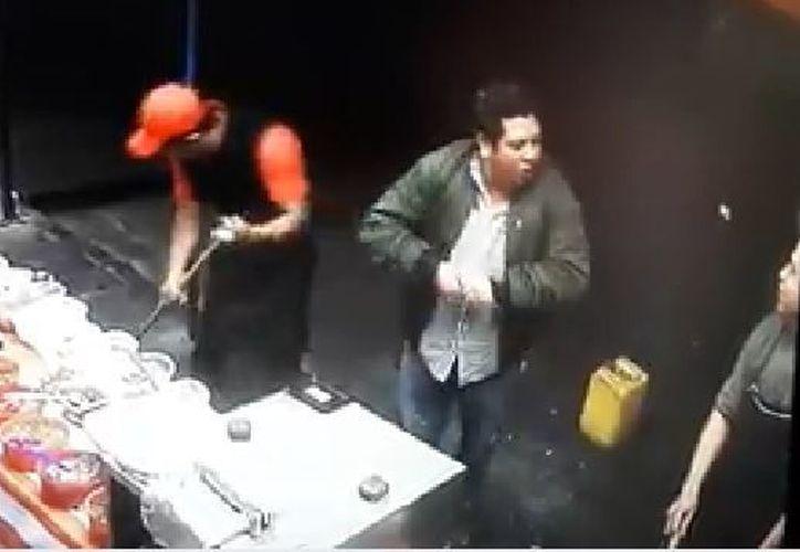 El empleado discutió con el comensal hasta que éste se enojó y lo lesionó con un arma. (Foto: Captura)