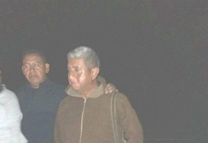 Imagen del momento de la liberación del mando policiaco de Chilchota, Alfredo Lucio Ríos Chávez (d). (twitter.com/CarlosLoret)