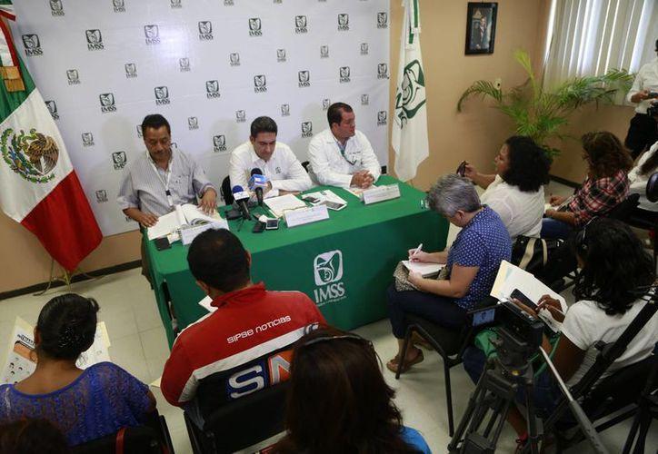 Las autoridades durante una conferencia de prensa, en la subdelegación de Cancún del IMSS. (Israel Leal/SIPSE)
