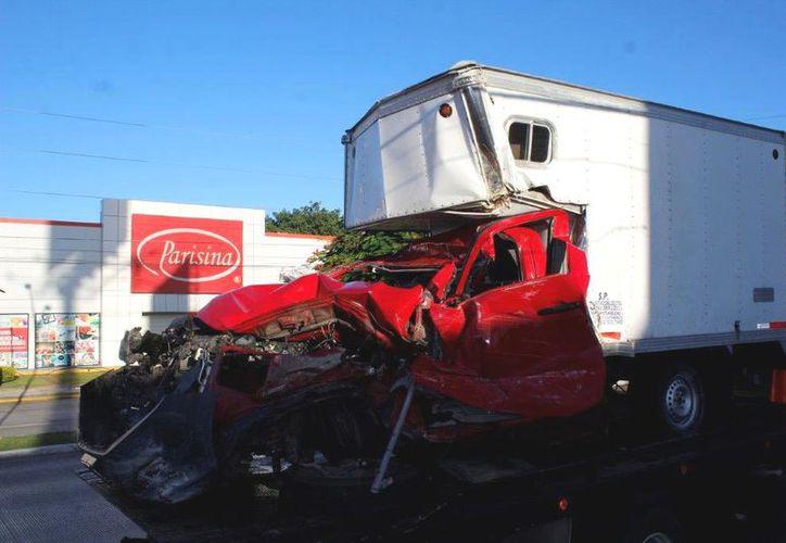 Peritos de la SSP llegaron para tomar conocimiento del accidente y deslindar responsabilidades. (SIPSE)
