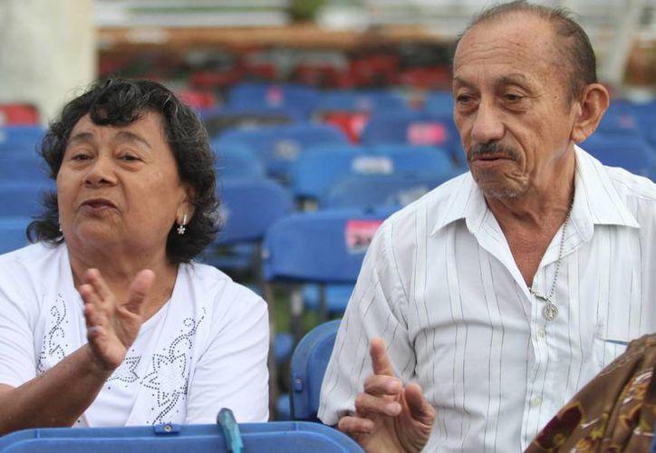 Doña Guadalupe López Alfaro y Don José Esparza Pacheco recuerdan con gran emoción el encuentro con el Santo Padre. (Milenio Novedades)
