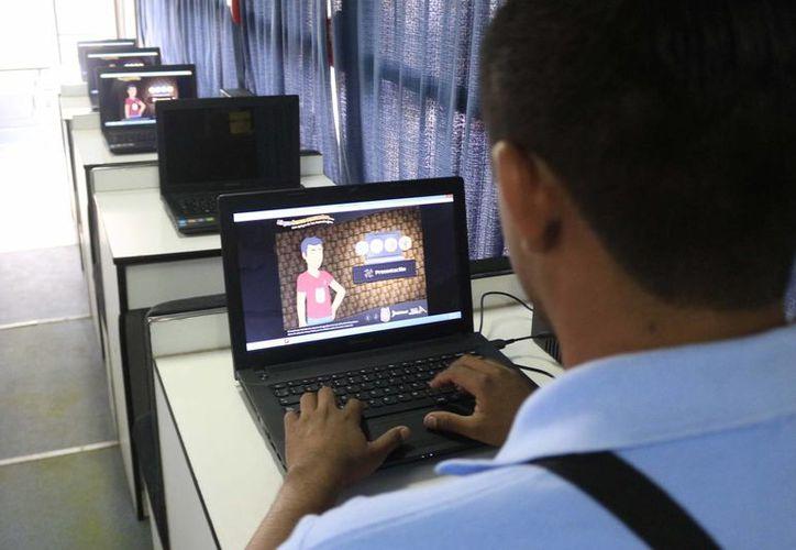 A bordo de la Unidad Móvil de Aprendizaje se instruye a la población rural a usar la computadora y el manejo de software básico. (Harold Alcocer/SIPSE)