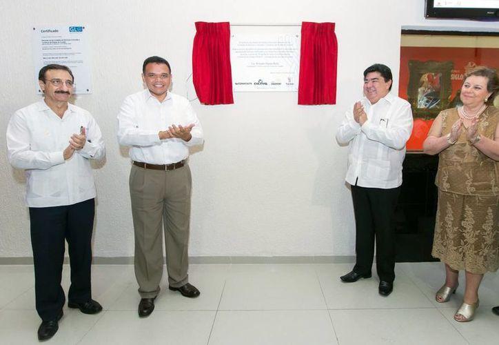 Rolando Zapata develó una placa conmemorativa de las obras. (Milenio Novedades)