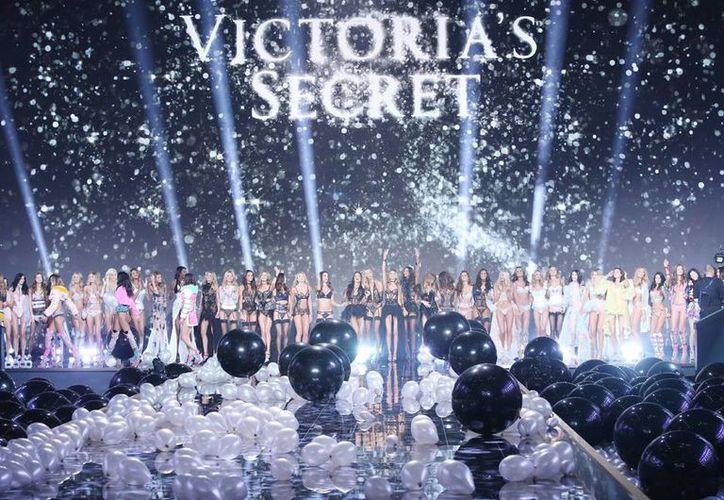 Por primera vez en su historia, la firma de lencería más conocida del mundo llegó a Europa para mostrar sus novedades en esta esperada pasarela. Imagen del cierre del evento con todas las modelos de Victoria's Secret. (Agencias)
