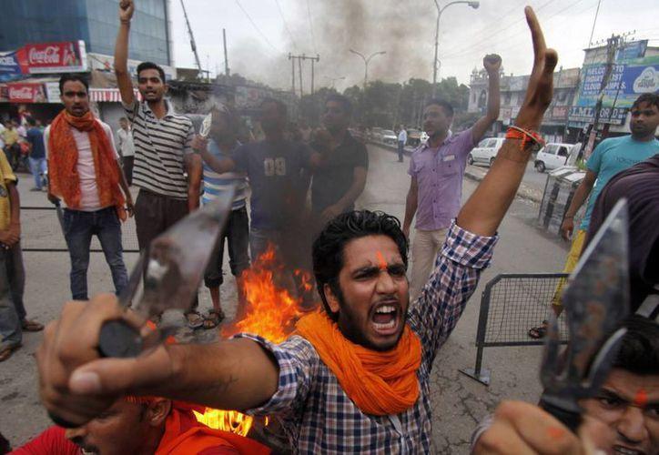 Un manifestante grita consignas hindúes contra el gobierno. (Agencias)