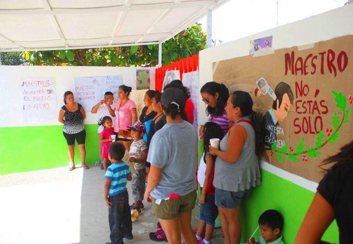 Padres de familia del kínder Tenochtitlán de Playa del Carmen exigen que se mantenga a los maestros despedidos. (Daniel Pacheco/SIPSE)