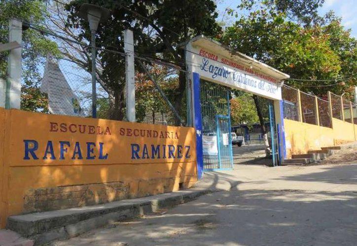 Autoridades sanitarias de Chiapas encontraron cabezas botellas de aguarrás, plumas de pollo y una cabeza de gato en una secundaria. (Excélsior)