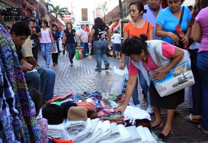 Las autoridades se han puesto como objetivo que a más tardar en marzo todas las aceras del Centro Histórico de Mérida estén libren de ambulantes y tianguistas. (SIPSE)