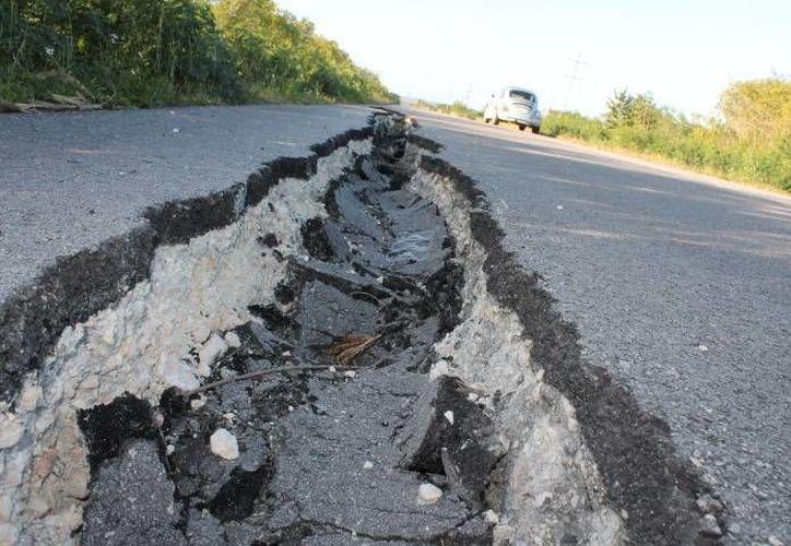 Hay tramos de la vía federal hasta San Pedro Peralta que representa un verdadero peligro para los automovilistas. (Juan Rodríguez/SIPSE)