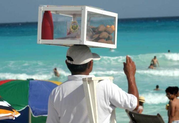Se busca en poder denunciar ante el  Ministerio Público a los vendedores ambulantes que se ubican en las playas. (Redacción/SIPSE)