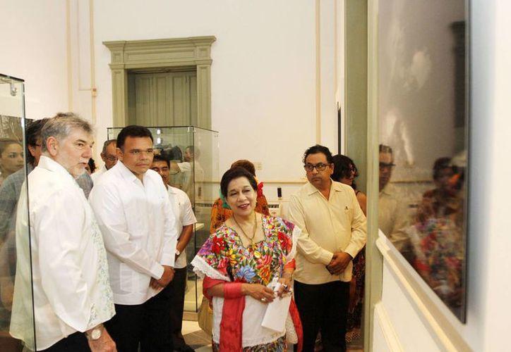 Luego de la inauguración, autoridades encabezada por el gobernador Rolando Zapata Bello recorrieron la muestra. (SIPSE)