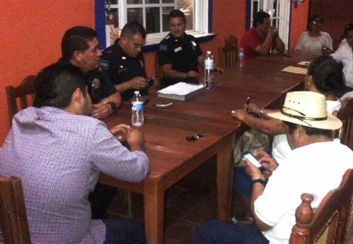 La policía enseñó a los empresarios a denunciar extorsiones a través de sus celulares mediante una aplicación.  (Javier Ortiz/SIPSE)