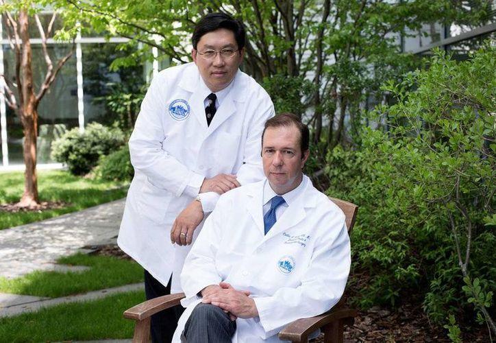 Dicken Ko (i) y Curtis L. Cetrulo, líderes del equipo de cirujanos que realizó un trasplante de pene en el Hospital General de Massachusetts. Es el primer trasplante de este tipo en la historia de EU. (nytimes.com)