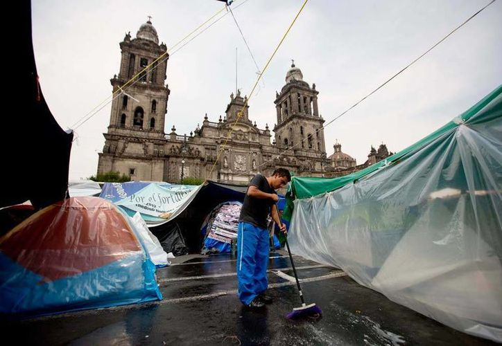 Los maestros disidentes se han apoderado del zócalo capitalino donde mantienen su campamento. (AP)
