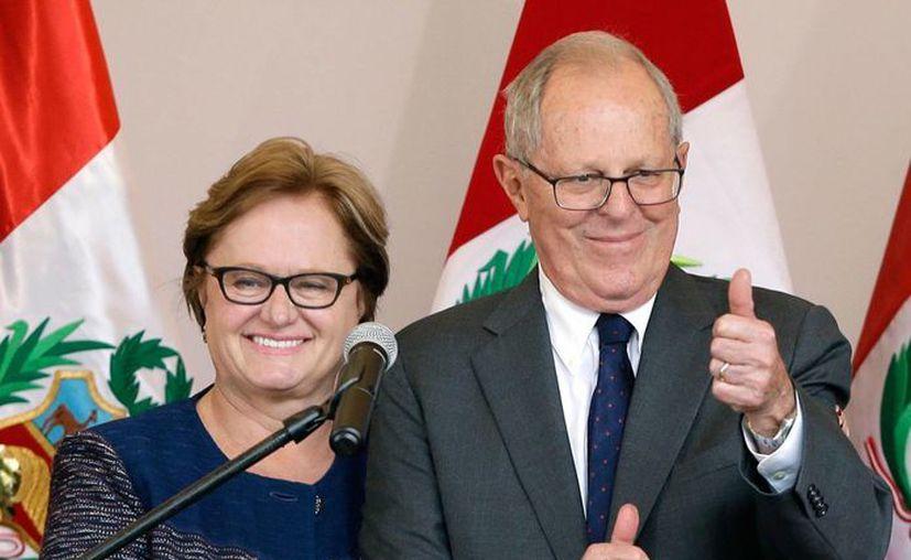 Pedro Pablo Kuczynski, acompañado de su esposa Nancy Lange, el pasado 9 de junio, durante una conferencia de prensa en Lima, Perú. (Foto: AP/Martín Mejía)