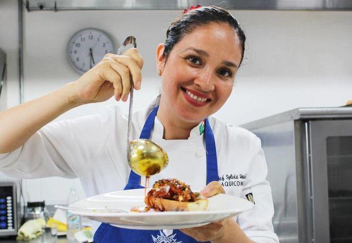 La chef Sylvia Vavik trabajó con estudiantes de la Universidad Anáhuac Mayab. (Milenio Novedades)