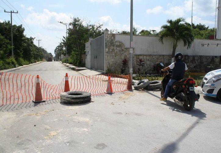 A la altura del fraccionamiento Lol Tún, el nivel de la calle se dejó con baches y banquetas destruidas. (Octavio Martínez/SIPSE)