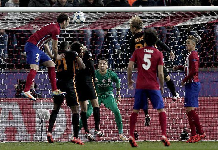 La 'Champions League' y la 'Europa League' implementarían el uso de tecnología en las porterías para determinar si una pelota cruzó la línea de gol o no. La decisión se tomará en enero.- (Notimex)