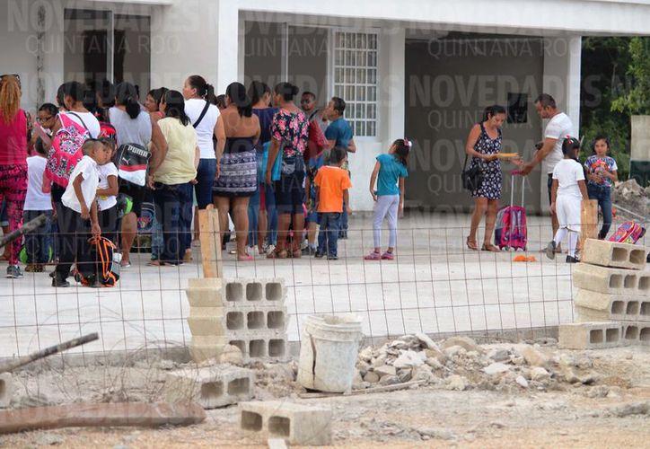 Alumnos se presentaron la mañana de este lunes, acompañados de sus padres y fueron regresados a sus hogares sin asegurarles una fecha precisa para el comienzo de la enseñanza. (Octavio Martínez/SIPSE)
