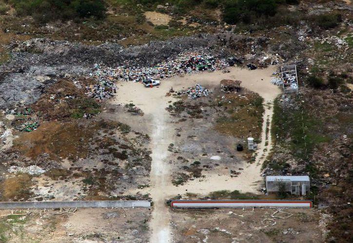 Los basureros a cielo abierto también contaminan el manto acuífero de Yucatán. (JoséAcosta/SIPSE)