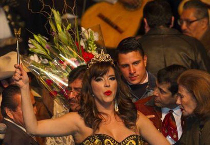 Alicia Machado tras ser coronada como la nueva Reina del Mariachi. (Notimex)