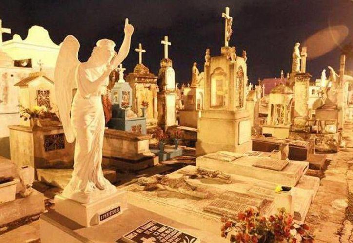 En el Cementerio General de Mérida se hacen recorridos, pero enfocados a la arquitectura y no a las historias paranormales. (Jorge Moreno/SIPSE)