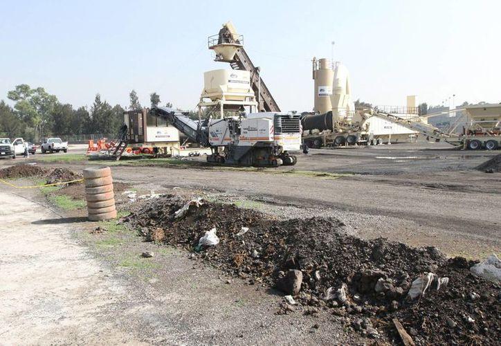 Las obras en el autódromo Hermanos Rodríguez continúan; la parte del estadio ya tiene la primera capa de asfalto y se colocan los pianos y el drenaje. (Fotografía: Notimex)