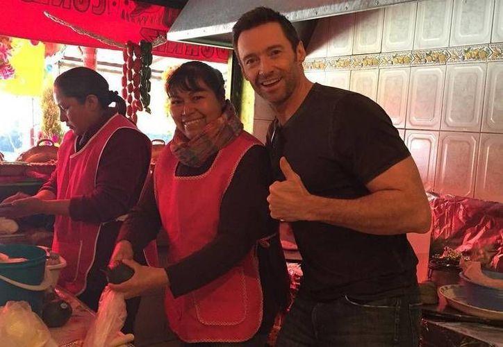 En el marco de la promoción del filme 'Peter Pan', Hugh Jackman colocó en redes sociales una foto suya en la que aparece con empleadas de una cocina mexicana. (Instagram)