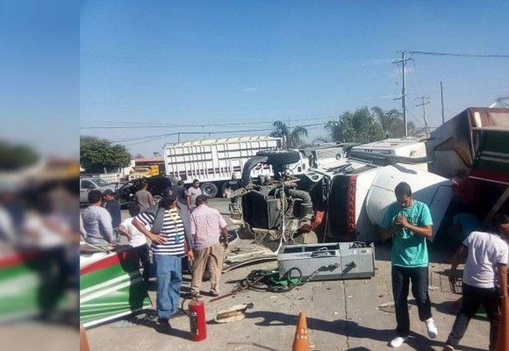 El vehículo de carga sufrió una falla mecánica, lo que ocasionó que se se fuera director contra el establecimiento. (Foto: Noventa grados)