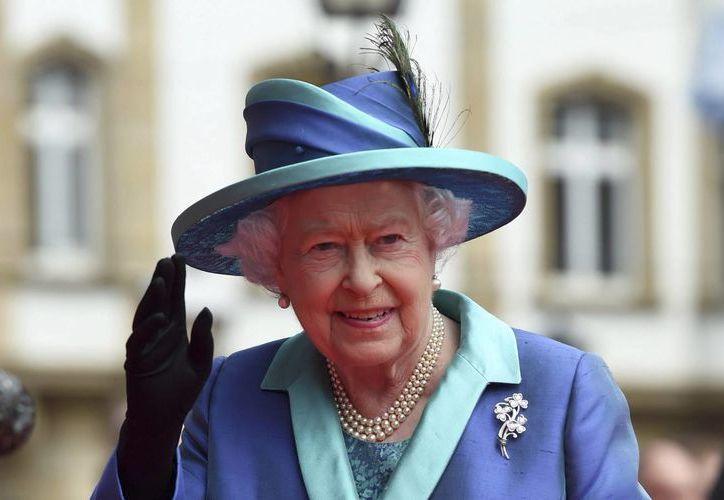 La reina Isabel II de Inglaterra junto con la familia real conmemoró el aniversario de la Batalla de Inglaterra desde un balcón del Palacio de Buckingham, donde presenció un espectáculo de la Fuerza Aérea. (EFE/Archivo)