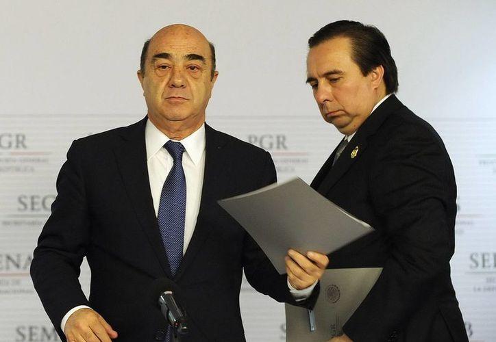 Jesús Murillo Karam (i) aparece en esta foto con ,Tomás Zerón de Lucio, director de la Agencia de Investigación Criminal de la PGR. (Foto de archivo de Notimex)