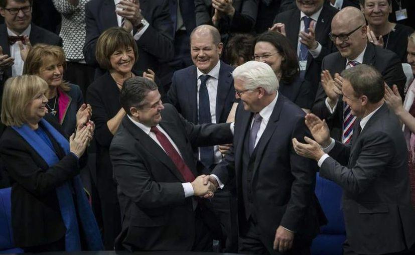 Frank Walter Steinmeier (der.) fue elegido como el sustituto de Joachim Gauck(izq.), actual Presidente del país alemán.(AP)