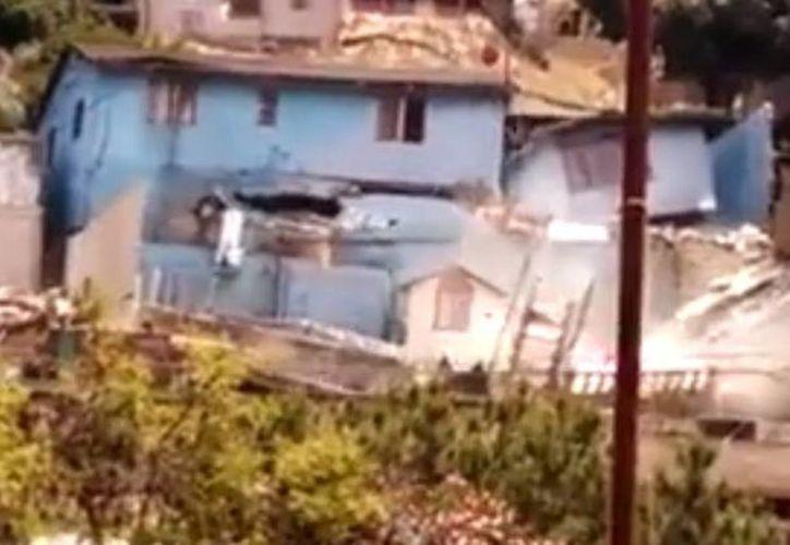 Imagen de una de las viviendas que se colapsaron en la colonia Anexa Miramar, en Tijuana, Baja California, luego de que se reportaran grietas y deslizamientos en la zona, al parecer por una supuesta fuga de agua. (Captura de pantalla de YouTube)