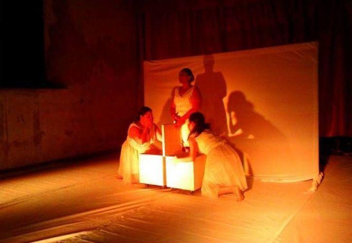 La obra teatral 'Razones de peso' presenta a un grupo de mujeres que abordan la temática cotidiana del sobrepeso y sus lesiones físicas y psicológicas. (SIPSE)