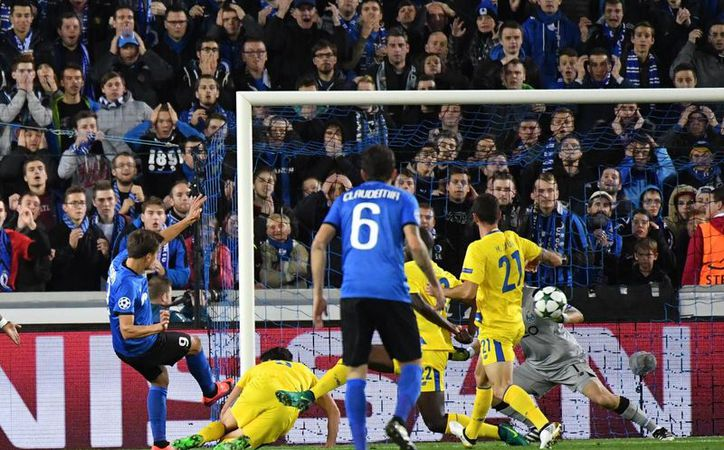 Vossen anota el gol que abrió el marcador a favor del Brujas ante Porto, que en el segundo tiempo reaccionó y ganó con goles del mexicano Layún y Silva. (AP)