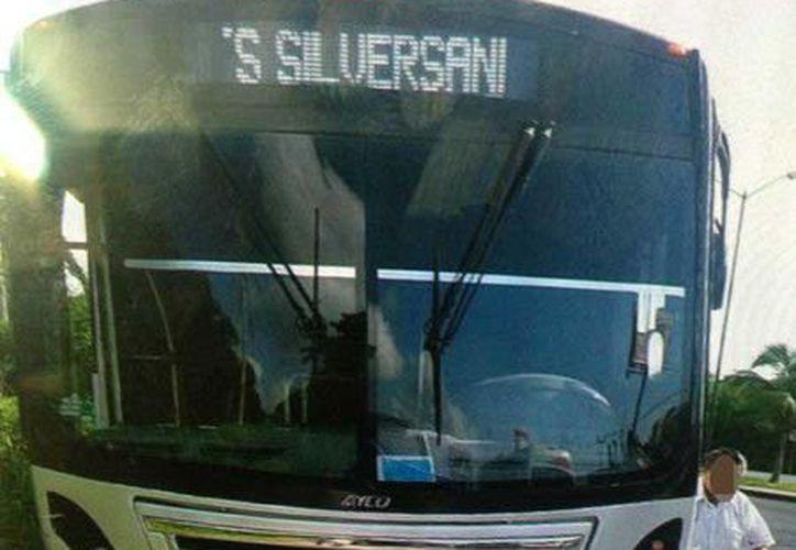 El autobús de la empresa Bus, atropelló a un peatón que intentaba cruzar el bulevar Colosio y que una hora después, murió.  (Redacción/SIPSE)