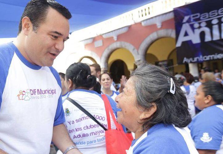 El Alcalde de Mérida convivió con con los ancianos en una mega activación física que se realizó en el Ayuntamiento de Mérida. (Milenio Novedades)